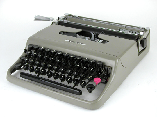 olivetti--lettera--22--portable--typewriter